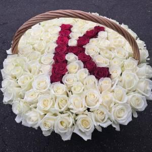 Корзина 101 белая роза с буквой R2102