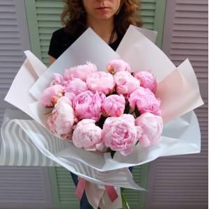Букет 15 розовых пионов в светлой упаковке R864