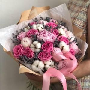 Сборный букет пионы с розами и лавандой R514