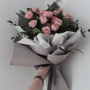 Букет 7 веток кустовой пионовидной розы с зеленью R1836