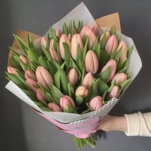 Букет 39 лососевых тюльпанов в упаковке R971
