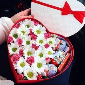 Сердце с хризантемой и сладостями R1140