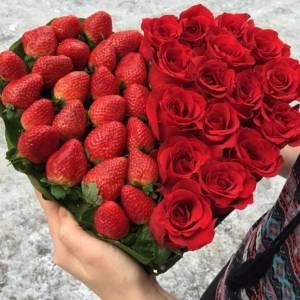 Сердце из красных роз и клубники R387