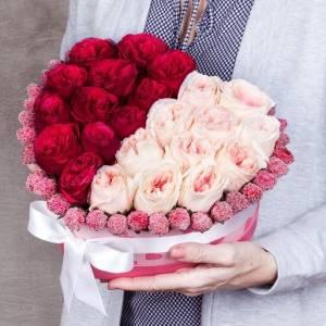 31 пионовидная роза в коробке в форме сердца R97