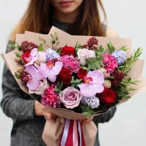 Сборный букет с орхидеями в крафте R125